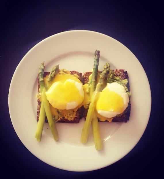 Tinklaraščio archyvo nuotr./Benedikto kiaušiniai su smidrais ir avokado trintiniu