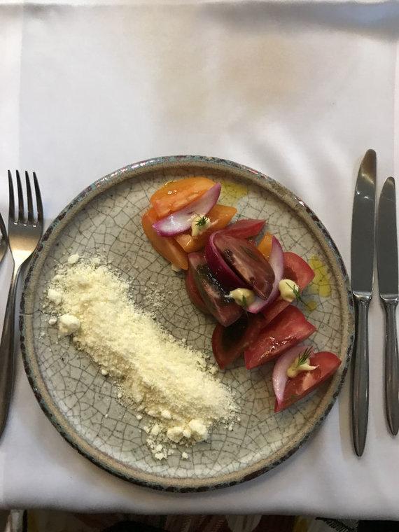 Autorės nuotr. /Pomidorų salotos su sūrio pudra