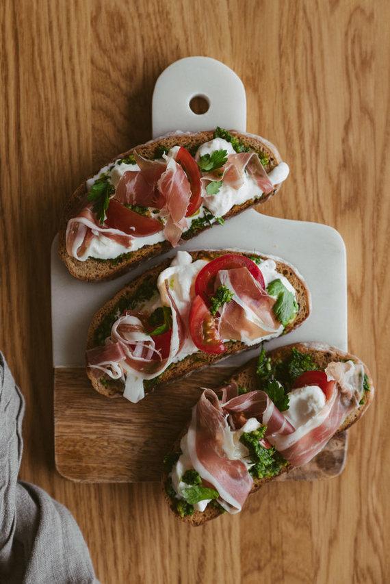 Gamintojo nuotr. /Italijos įkvėpti sumuštiniai su stračiatela sūriu