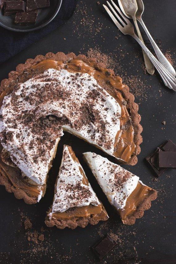 Shutterstock nuotr. /Šokoladinė tartaletė su karameliniu ir bezė kremu