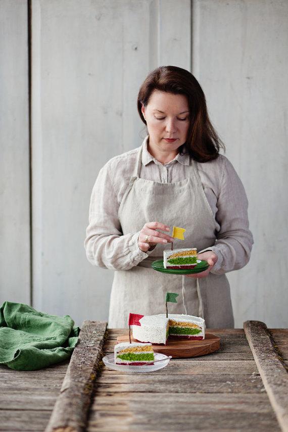 """Studijos """"Fotopastelė"""" nuotr. /Renata Ničajienė ir jos keptas trispalvis tortas"""