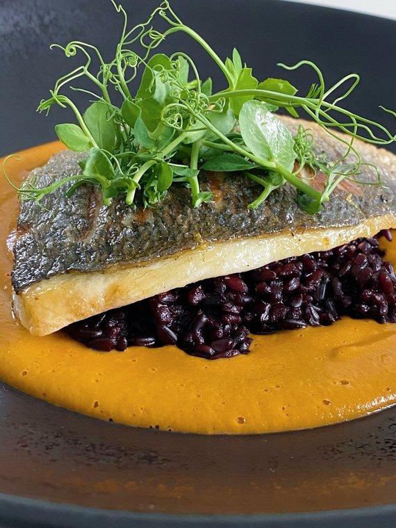 TV3 nuotr. /Kepta žuvis su juodaisiais ryžiais ir krevečių padažu