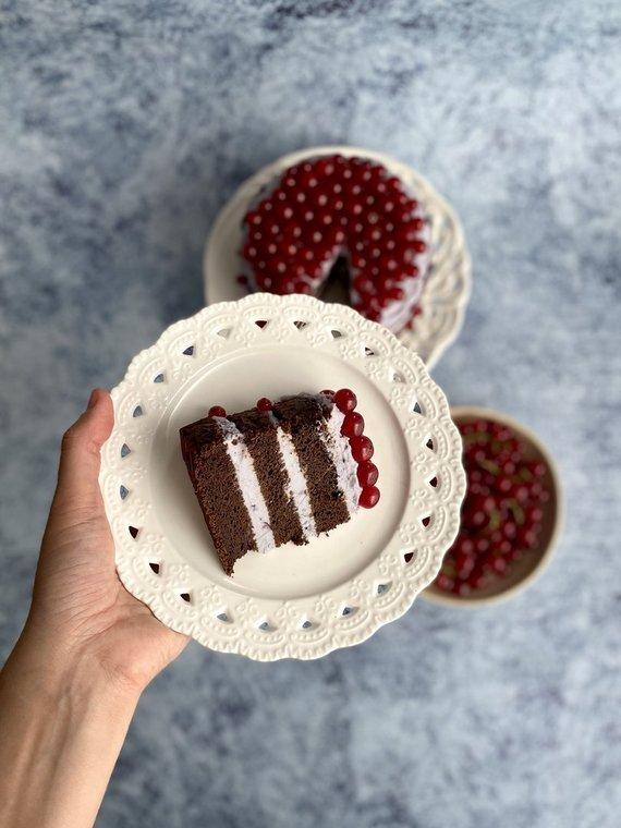 Autorės nuotr. /Veganiškas šokoladinis pyragas su kokosiniu juodųjų serbentų kremu