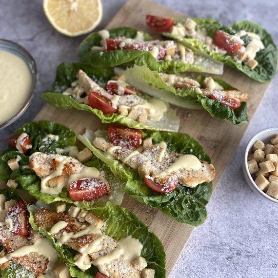 Autorės nuotr./Cezario salotų su vištiena laiveliai