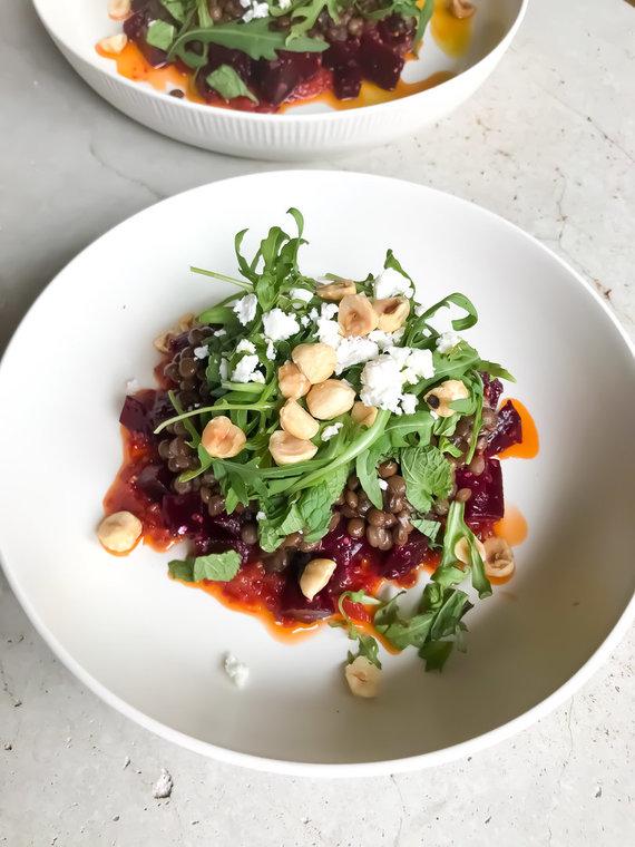 FeedMySister nuotr./Burokėlių ir lęšių salotos su džiovintų pomidorų tyre