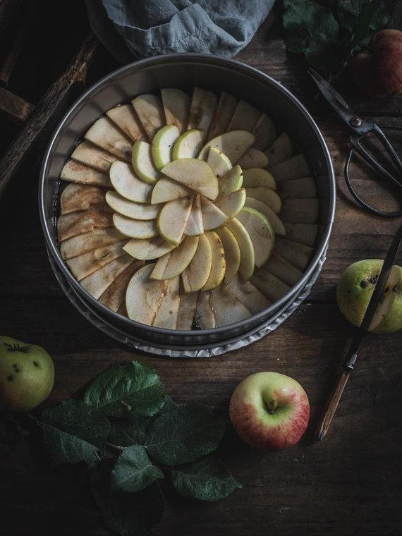 Nidos Degutienės nuotr. /Ant obuolių turi būti sukrečiama tešla
