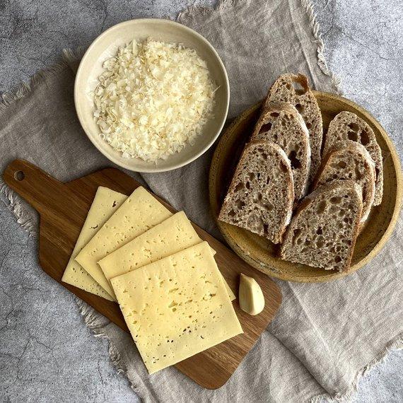Autorės nuotr./Duona ir dviejų rūšių sūris