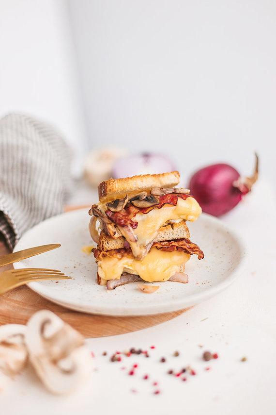 Gamintojo nuotr./Traškus šoninės ir kepto bri sūrio sumuštinis
