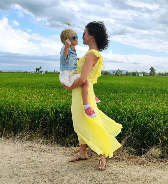 Asmeninio albumo nuotr. /Gintarė Čivilienė su dukryte Ispanijos ryžių laukuose