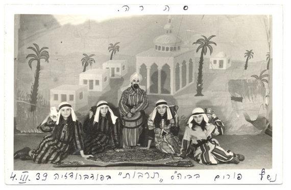 YIVO Institute for Jewish Research archyvo nuotr./Tarbut gimnazijos mokiniai Pabradėje pasiruošę Purim vaidinimui, 1939 m. kovo 3 d.