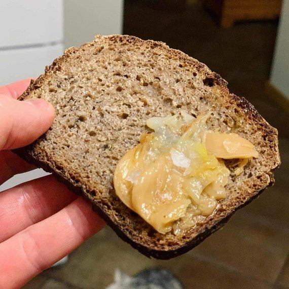 Tinklaraštininkės nuotr. /Taip paruoštus česnakus galima tiesiog tepti ant duonos