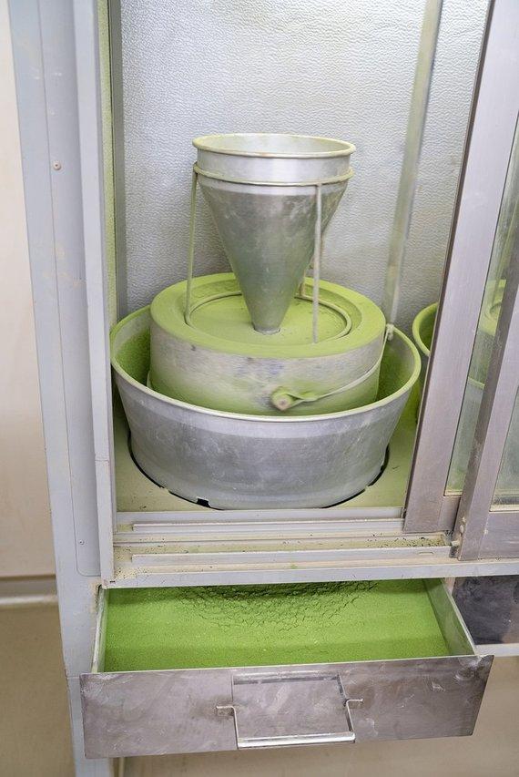 """""""Skonis ir kvapas"""" archyvo nuotr. /Žaliosios arbatos lapelių smulkinimas"""