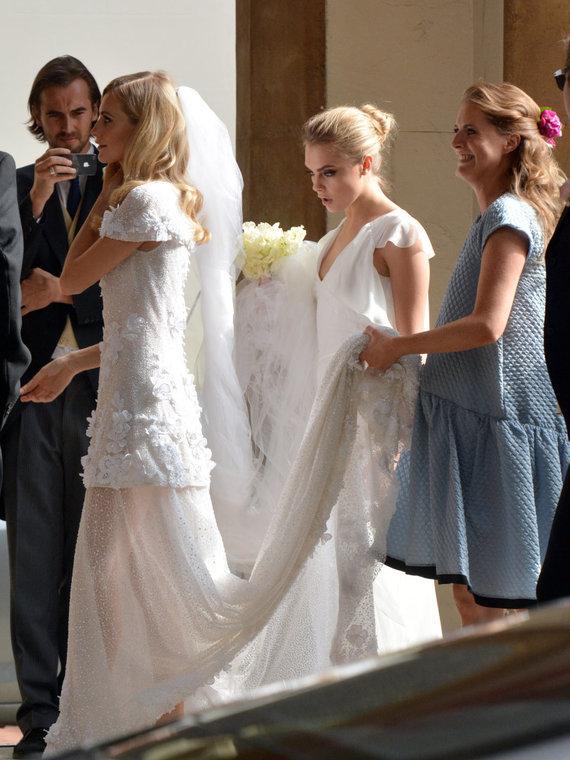 Vida Press nuotr./Cara ir Chloe Delevingne sesers Poppy vestuvėse
