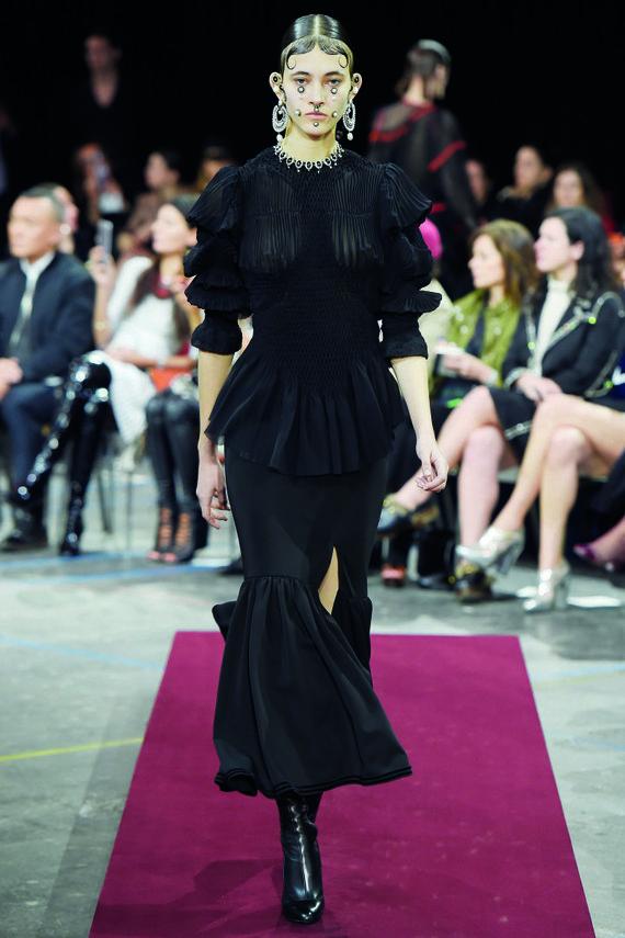 "Vida Press nuotr./""Givenchy"" kolekcijos modelis"