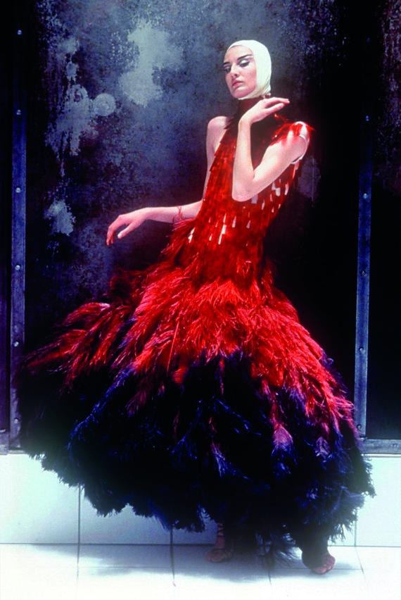 """Vida Press nuotr./""""Alexander McQueen"""" 2001 m. pavasario–vasaros kolekcijos modelis"""