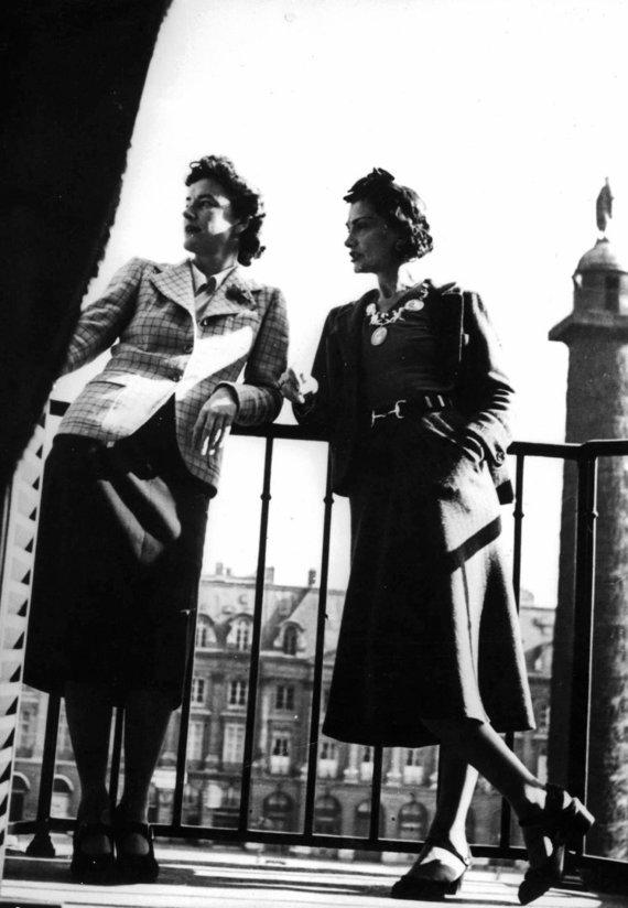 "Vida Press nuotr./Coco Chanel su viešnia ""Ritz"" viešbučio balkone"
