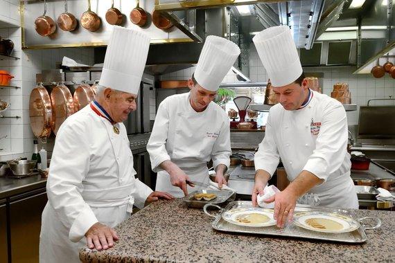 Vida Press nuotr./Paulas Bocuse su savo komanda restorano virtuvėje