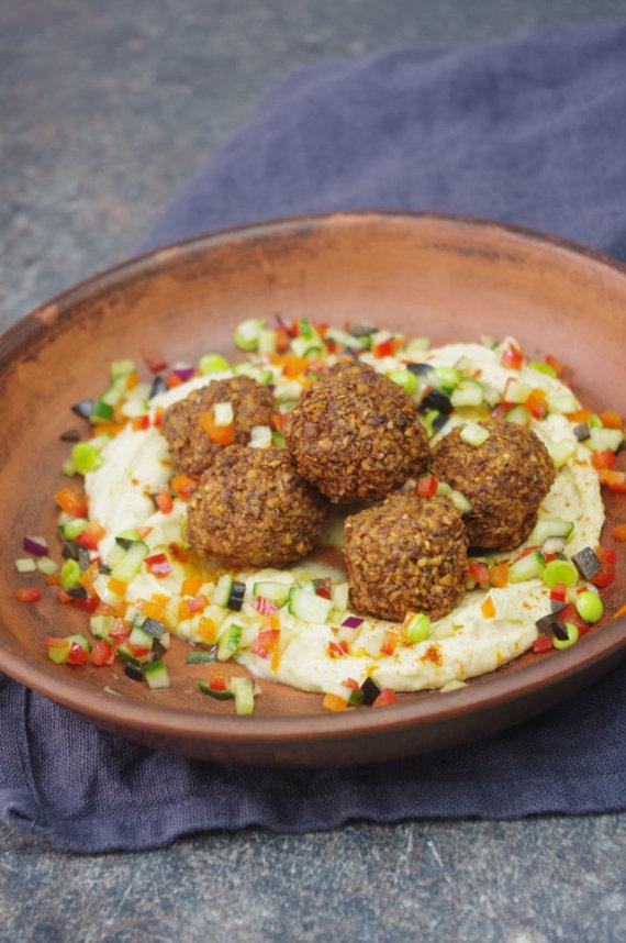 FeedMySister nuotr./Falafeliai su humusu ir sezoninėmis daržovėmis