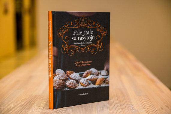 """Juliaus Kalinsko / 15min nuotr./Knyga """"Prie stalo su rašytoju. Patiekalai, įkvėpti mėgstamų knygų"""""""