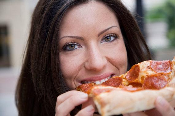 Vida Press nuotr./Moteris valgo picą