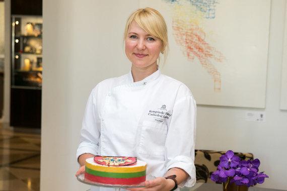 Juliaus Kalinsko / 15min nuotr./Konditerė Alina Baškardina ir jos gamintas tortas