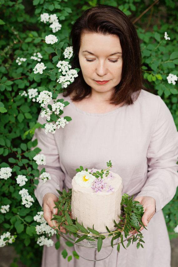 """""""Fotopastelė"""" nuotr. /Renata Ničajienė ir jos rožėmis kvepiantis rabarbarų tortas"""