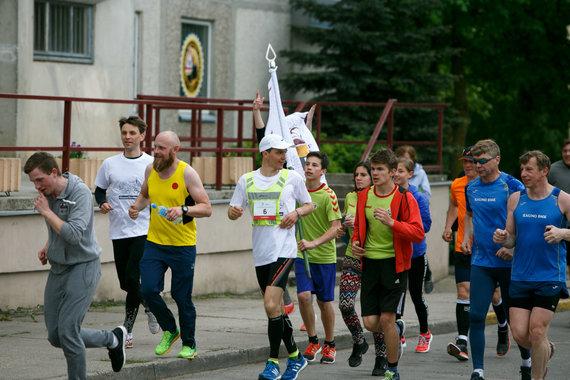 Eriko Ovčarenko / 15min nuotr./Nerijus Buivydas su palyda atbėgo į Kauno Kazio Griniaus gimnaziją