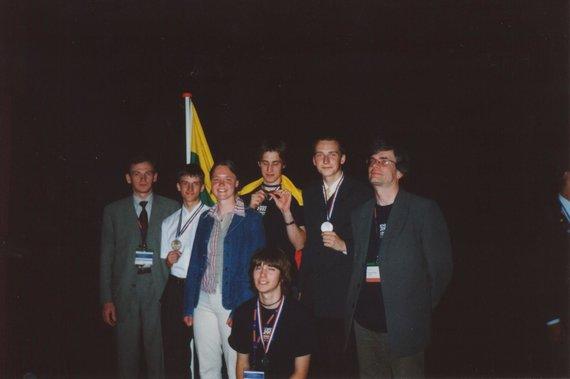 Asmeninė nuotr./Su medaliais tarptautinėje chemijos olimpiadoje Olandijoje 2002 m.