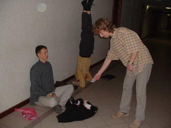 """Asmeninė nuotr./Istorinė nuotrauka iš Minsko besiruošiant tarptautinei matematikos olimpiadai (2003 m.): J.Kubilius stovi ant galvos, Paulius Šarka (""""Trys trečiosios"""" bendraįkūrėjas) medituoja, o Matas Šileikis draugus """"šelpia"""""""
