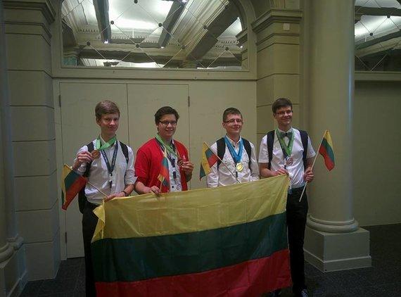 Asmeninė nuotr./Lietuvos komanda IPhO 2016 po apdovanojimų (E.Ribinskas – trečias iš kairės).