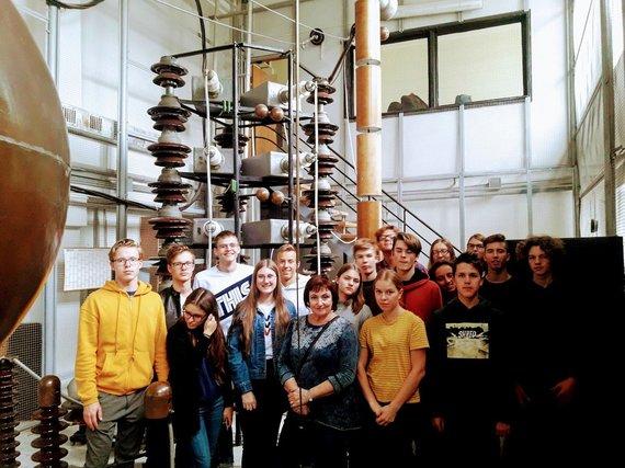 Asmeninė nuotr./Fizikos mokytoja R.Miliajeva su mokiniais KTU Aukštųjų įtampų laboratorijoje