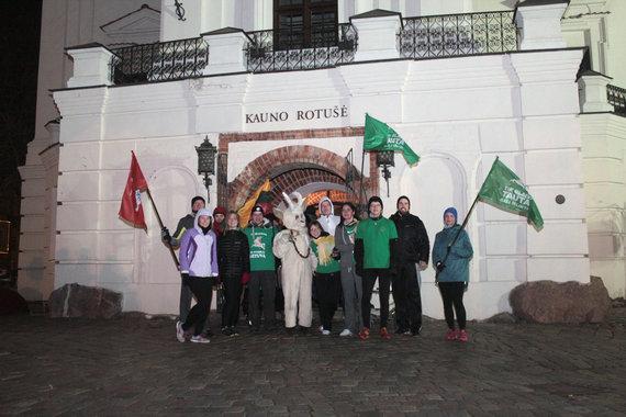 Bėgimo dalyviai prie Kauno rotušės