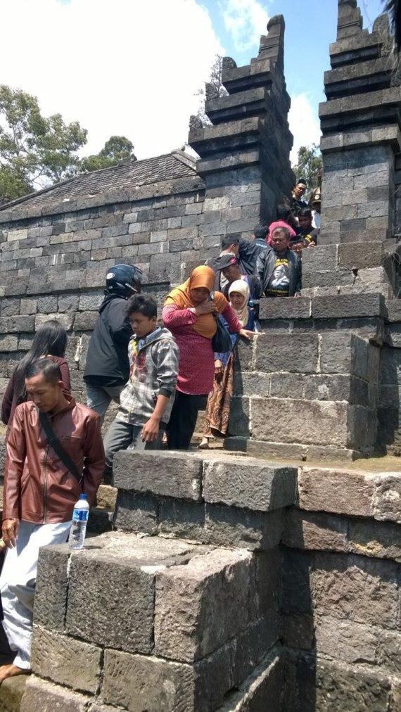 V.Panovaitės nuotr./Sekmadienį indoneziečiai lanko šventyklas – tadien lankymas jiems nemokamas