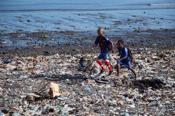 Akvilės Norkutės nuotr./Vaikai bėga į mokyklą per paplūdimį, virtusį sąvartynu.