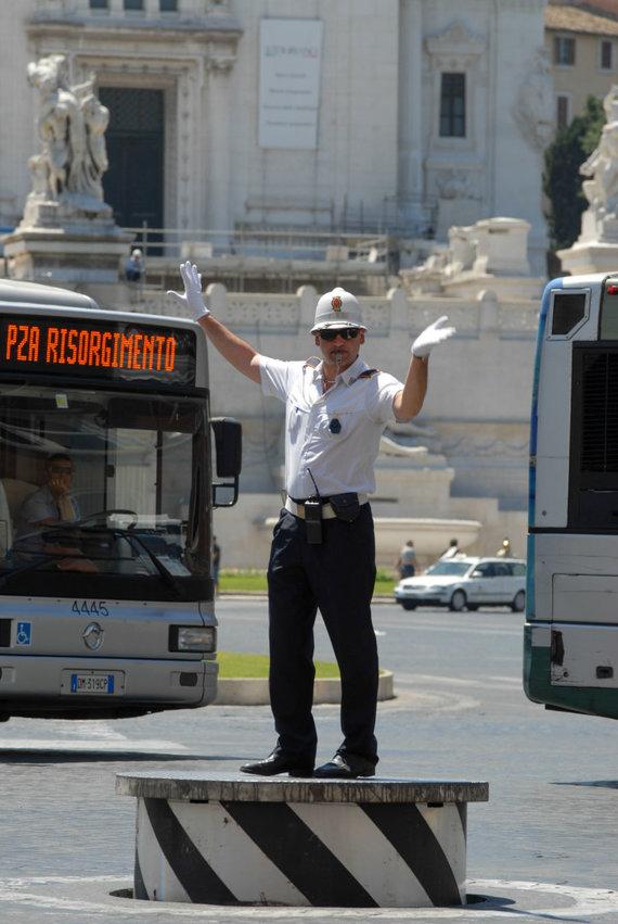 123rf.com nuotr./Eismą reguliuojantis pareigūnas Romoje, Venecijos aikštėje