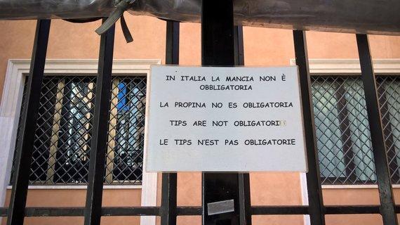 """Pauliaus Jurkevičiaus nuotr./Užrašas skelbia: """"Italijoje arbatpinigiai nėra privalomi""""."""