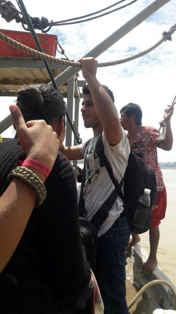 """Projekto """"Žiniasklaida vystymuisi"""" nuotr./Persikėlimas valtimi – vienintelis susisiekimas potvynio metu su Lima ir šiaurine šalies dalimi"""