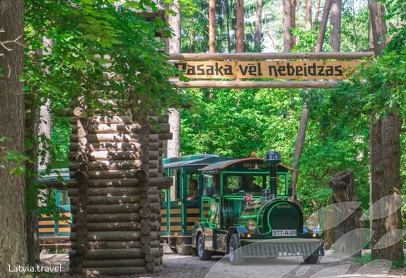 Latvia.travel.lv nuotr./Pagrindiniais takais važinėja ir traukinukas
