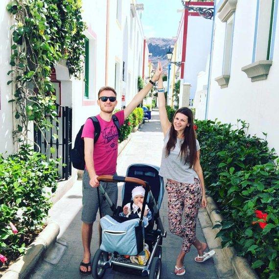 Asmeninės nuotr./Laura Mazalienė su vyru Šarūnu ir viena iš dviejų dukrelių