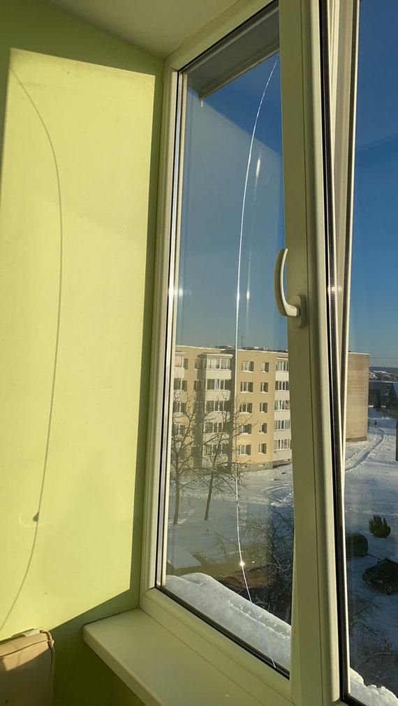 15min skaitytojo nuotr./Sutapimas ar ne, tačiau stipriai pašalus skilo balkono stiklas.
