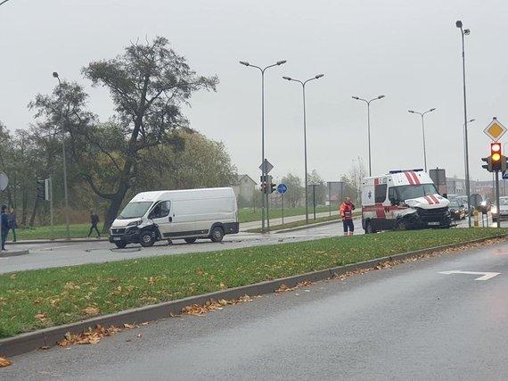 """FB grupės """"Reidas"""" nuotr./Avarija Klaipėdoje: susidūrė autobusiukas ir greitosios automobilis."""