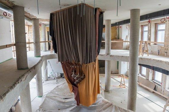 O.Kasabovos nuotr./Lyg brangakmenį statybininkai saugo istorinį kolonų salės šviestuvą.