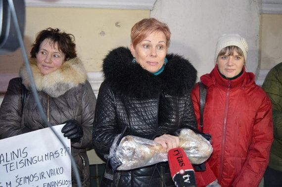 Atviraklaipeda.lt nuotr./Prie Klaipėdos savivaldybes piketavę socialiniai darbuotojai.
