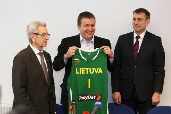 Eriko Ovčarenko / 15min nuotr./Antanui Guogai (viduryje) Kęstutis Kemzūra įteikė Lietuvos rinktinės marškinėlius