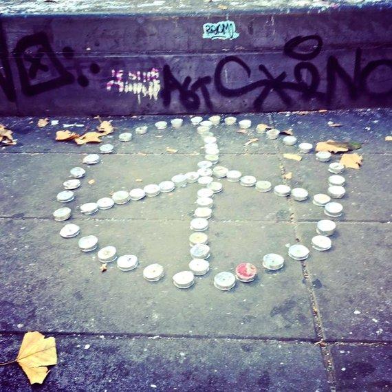 Asmeninio albumo nuotr./Meilės ir taikos ženklas iš žvakučių Paryžiaus Respublikos aikštėje