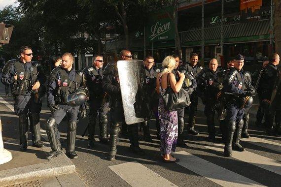 Asmeninio albumo nuotr./Aušra Dargytė su policijos pareigūnais Paryžiaus Respublikos aikštėje