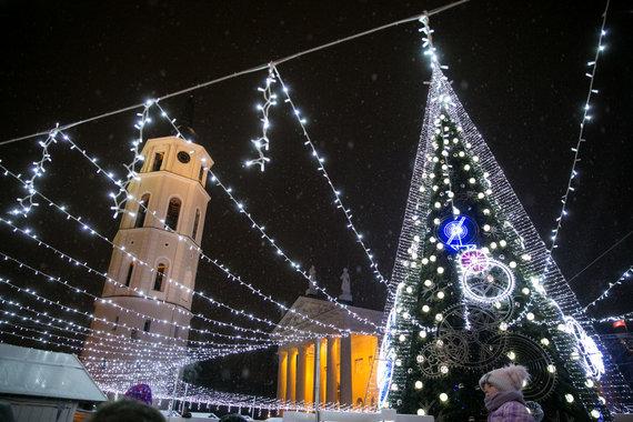 Juliaus Kalinsko / 15min nuotr./Vilniaus Katedros aikštėje įžiebiama pagrindinė šalies Kalėdų eglė