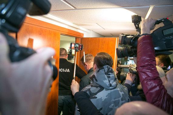 """Juliaus Kalinsko / 15min nuotr./Į teismą atvestas su peiliu """"Iki"""" parduotuvėje siautėjęs plėšikas"""