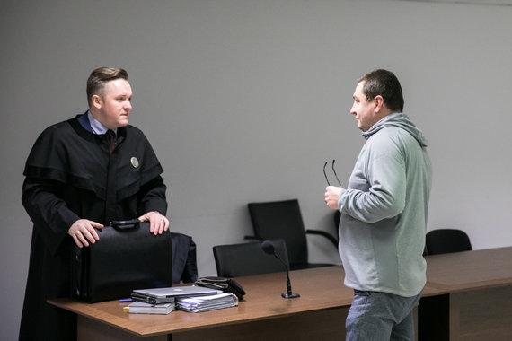 Juliaus Kalinsko / 15min nuotr./Advokatas Edgaras Dereškevičius (kairėje) teisme