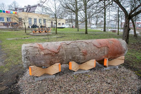 Juliaus Kalinsko / 15min nuotr./Ona Lozuraitytės ir Petro Išoros iš buvusių Profsąjungų rūmų kolonų sukurtas suolelis